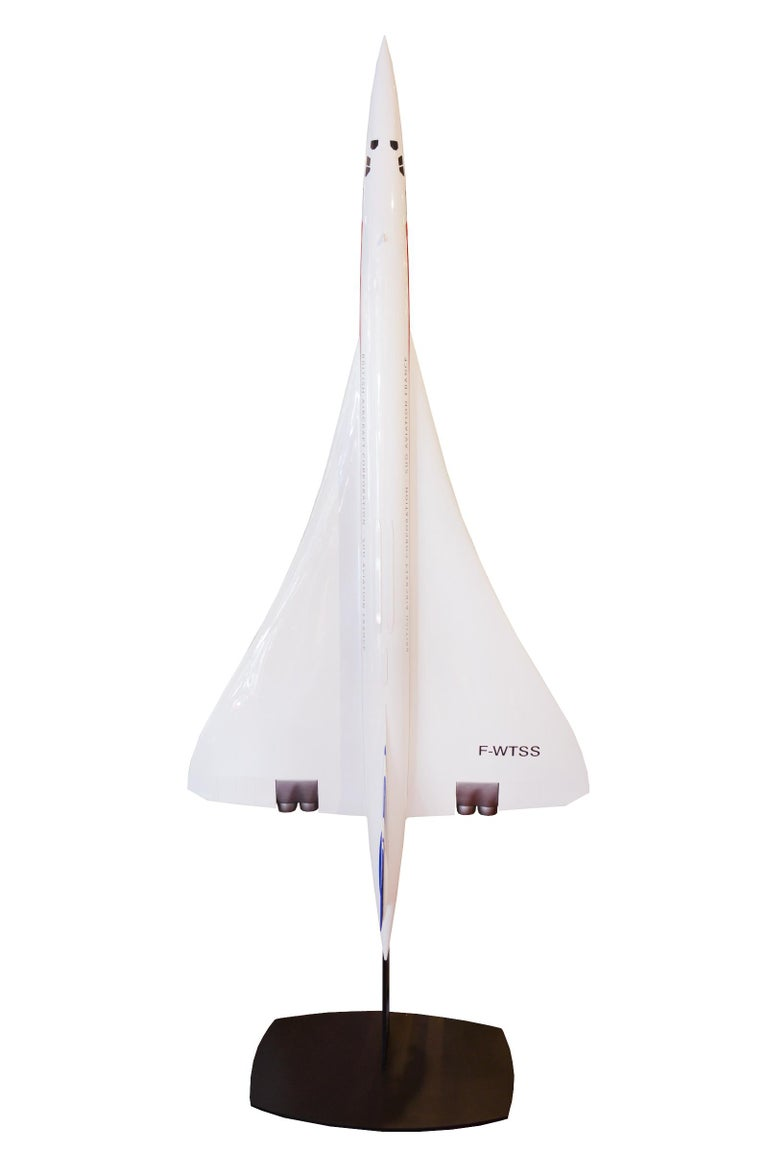 Sculpture Concorde model in high quality resin, scale 1/25. Vertical base in blackened steel. Exceptional piece. Made in France. Base: L 71 x D 55cm. Model: Wingspan 100cm x height 290cm.