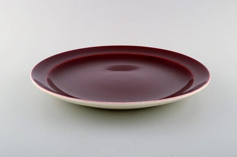 Confetti Royal Copenhagen / Aluminia faience. Dinner/ cover plate in burgundy red, 1940s-1950s.