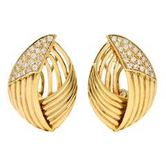 Contemporary 1.00 Carat Diamond 18 Karat Gold Earrings