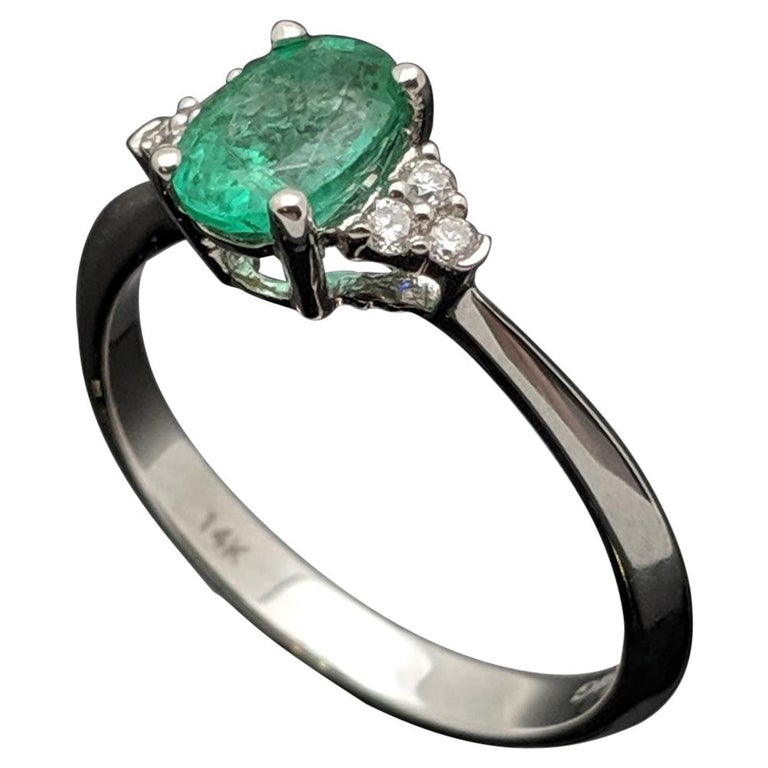 Contemporary 14 Karat White Gold Emerald and Diamond Ring For Sale