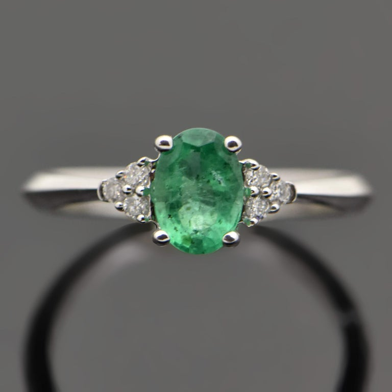 Contemporary 14 Karat White Gold Emerald and Diamond Ring In New Condition For Sale In Los Angeles, CA