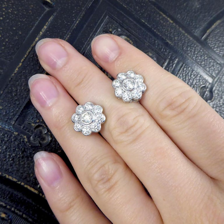Contemporary 2.50 Carat Total Diamond Flower Cluster Earrings in 18 Carat Gold For Sale 2
