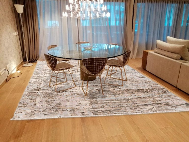 Contemporary rug belonging to the abstract collection. - Elaborated by hand in 100% silk and wool. - Its tonalities are not uniform with what this type of rugs are very functional when it comes to decorating with other fabrics. - Its texture is