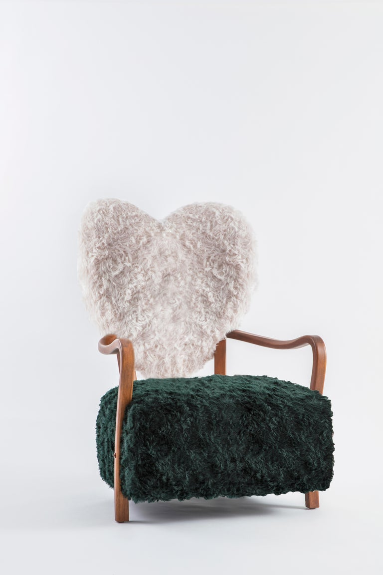 Dedicated to all the broken hearts, Uni represents both separation and unification of souls. Contrasting of forest green and cream reflect the differences between any two living things and the beauty of their combination.