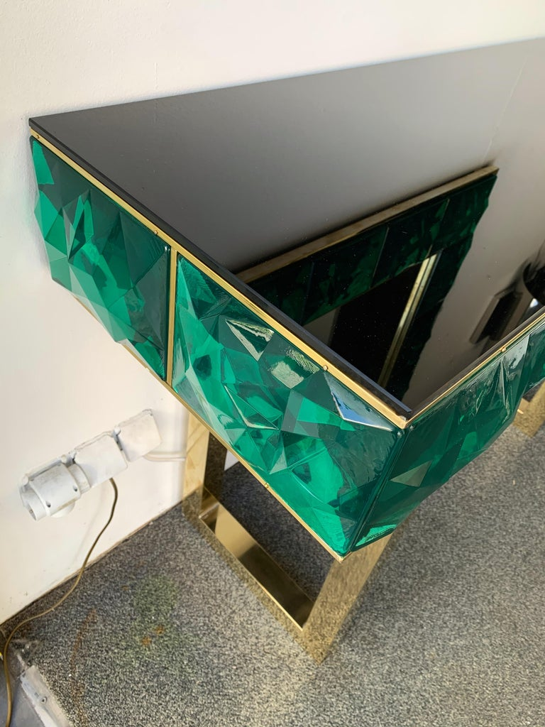 Contemporary console, full brass and large pieces of green emerald Murano glass with relief diamond point. Small artisanal workshop. The mirror same model is available.
