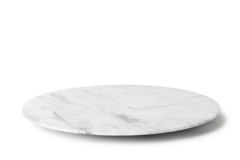 This stunning tray, made from White Carrara marble, evokes the Renaissance concept of man being at the centre of space and nature with its circular shape. The circle is rich in symbolism in European history and art. The fusion of these two elements