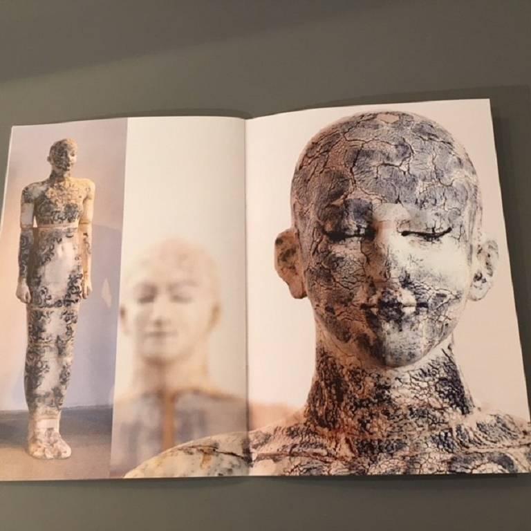 Zeitgenössische Lebensgroße Keramik Figur einer Frau von Dora Várkonyi 11