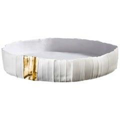 Zeitgenössische Keramik Ninfea Corteccia Textur weißes und goldenes Tablett