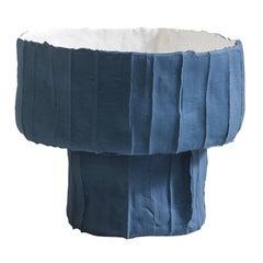 Zeitgenössische Keramik Ninfea Schüssel mit Fuß Corteccia Textur blau und weiß