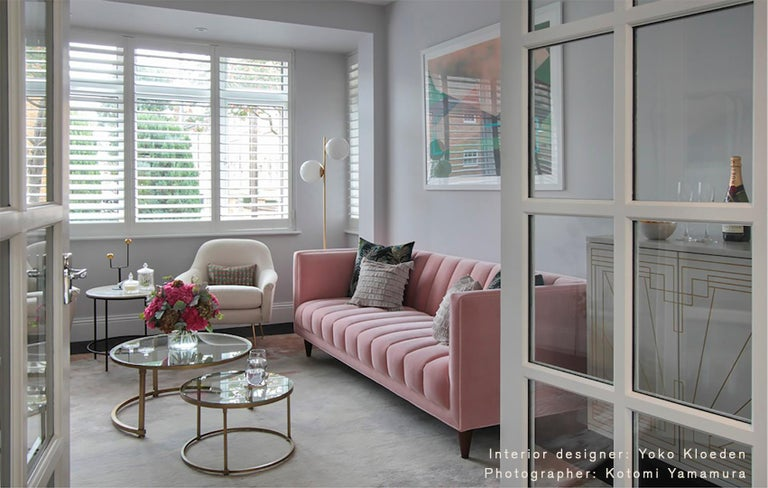 English Contemporary Channeled 2-Seat Fleure Sofa in Pink Cotton Velvet and Brass For Sale