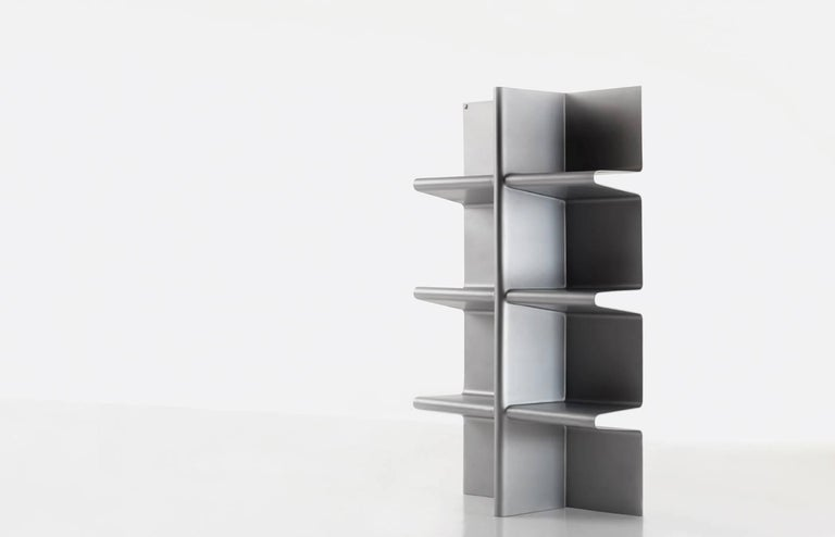 Cioccolanti is a bookcase whose taste is refined, sweet and incredibly unique. It envelopes in its symmetric folds the magic pages of a good book, the scent of the most beautiful flowers and the boundless world of the objects that speak about you