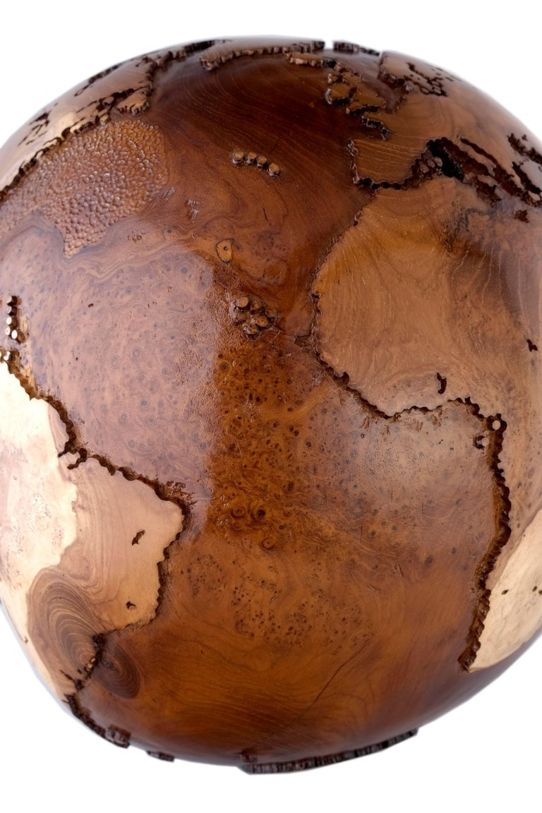 Hand-Carved Contemporary Eclat Vibe Globe in Natural Burl and Hammered Skin Textured, 30cm For Sale