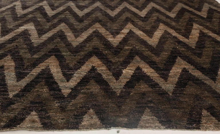 Indian Contemporary Geometric Gray and Black Zigzag Hand Knotted Hemp Rug For Sale