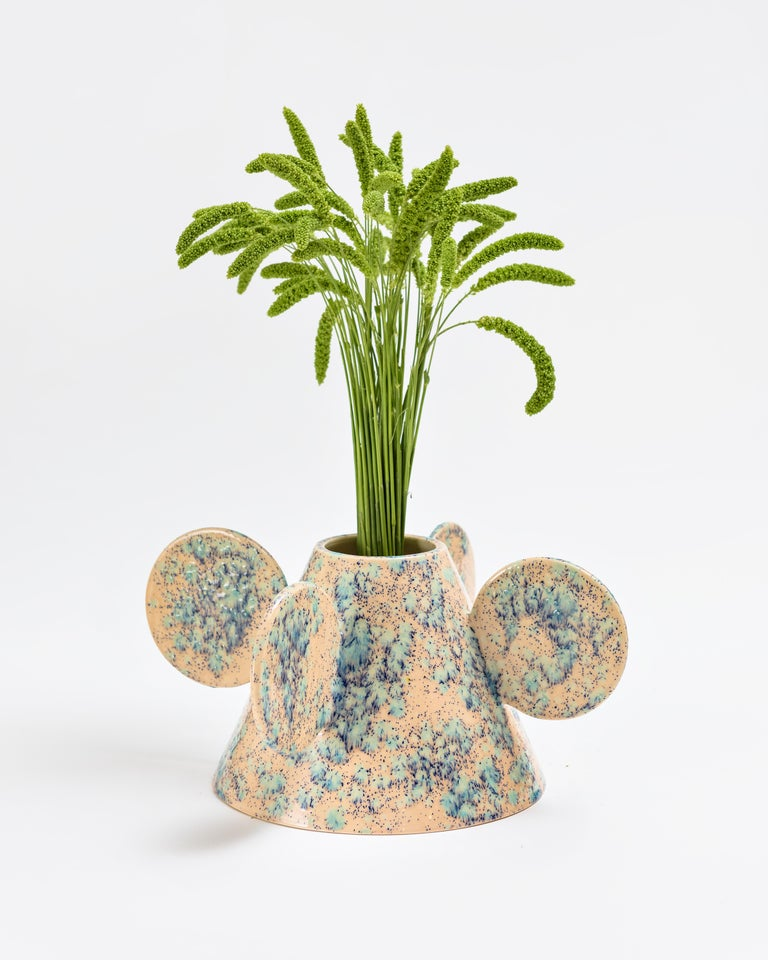 The Morphus collection is composed of six vases with different proportions, all of them executed by hand on a ceramic lathe. This technique uses a rotating disk where the clay is placed and together with the circular movement of the disk, the pieces