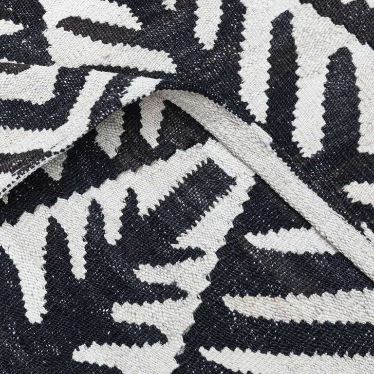 Contemporary Handmade Flat-Weave Black and White African Collection Rug In Excellent Condition For Sale In MADRID, ES