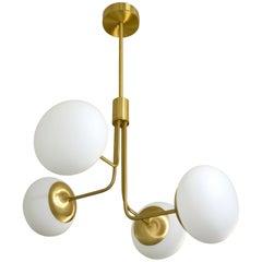 Zeitgenössischer italienischer moderner Kronleuchter aus satiniertem Messing & 4 weißen Muranoglaskugeln