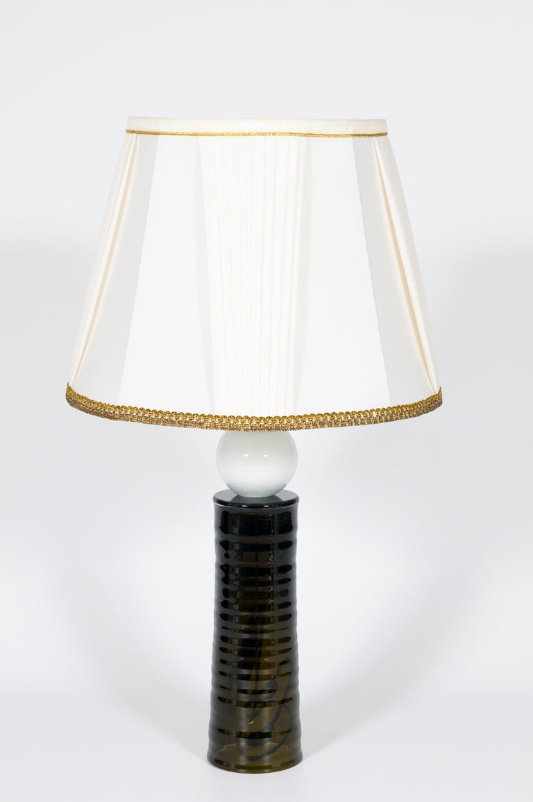 Contemporary Italian table lamp in blown Murano glass black and white, by Giovanni Dalla Fina. This elegant table lamp is composed of a single piece black column, with some circular and soft-looking corrugations that run all around the body, with a
