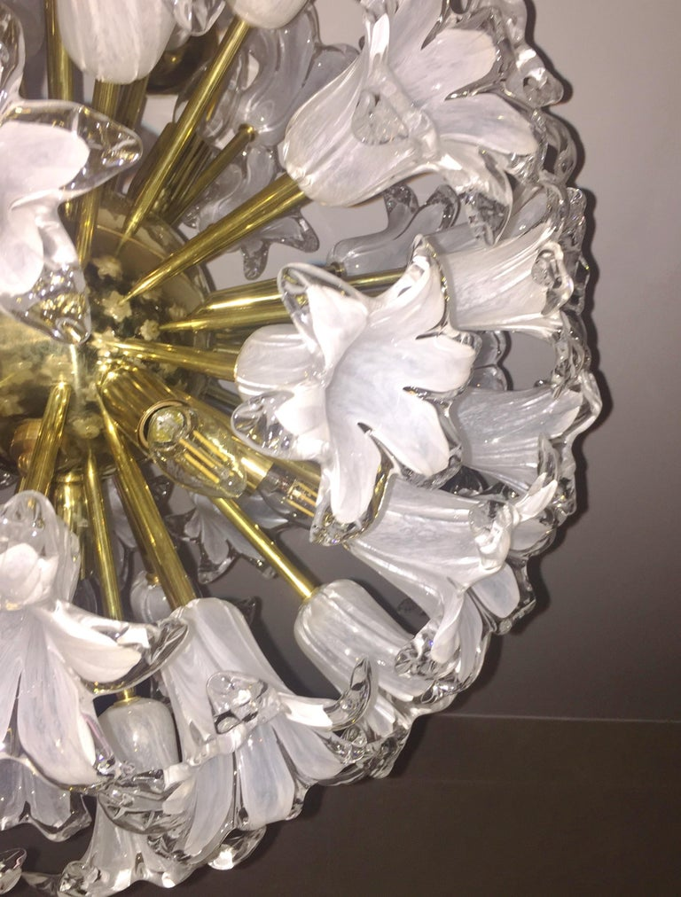 Contemporary Italian White Murano Glass and Brass Sputnik Bud Flower Chandelier For Sale 1