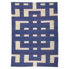 Zeitgenössischer Kilim Teppich, Blau und Weißes Geometrisches Design