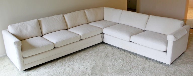 For your consideration is a wonderful, white, L-shaped three-piece sectional sofa, by Henredon, circa 1980s. Amazing chenille upholstrey. In very good condition. The dimensions of each piece are 35