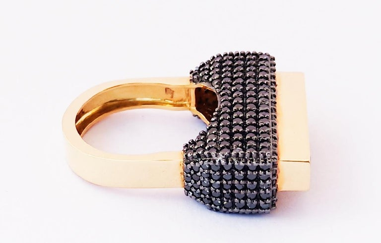 Women's Contemporary One of a Kind Colored Diamond 18 Karat Yellow Gold Fashion Ring For Sale