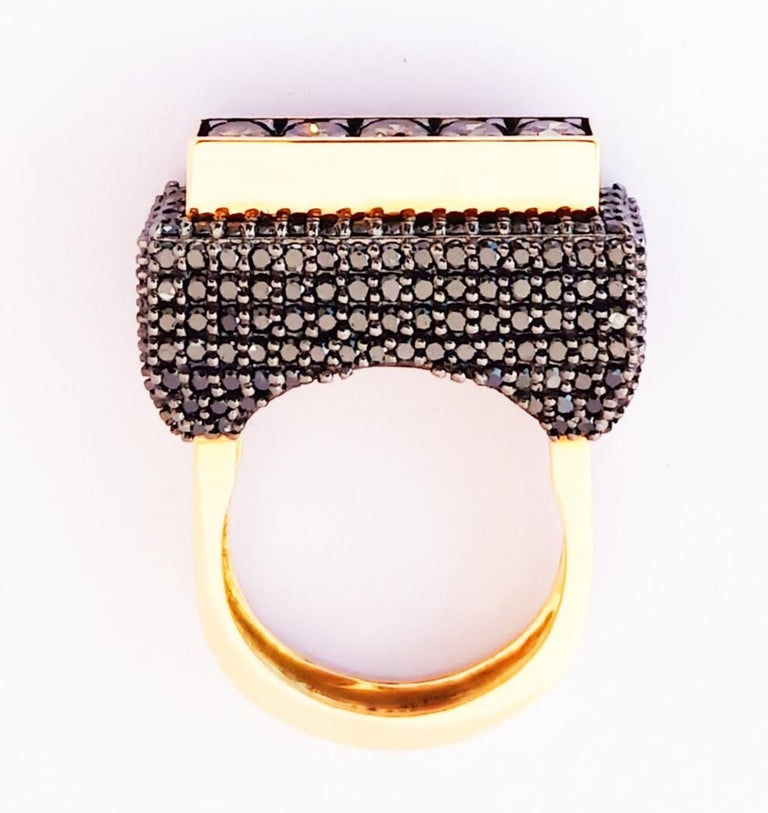 Contemporary One of a Kind Colored Diamond 18 Karat Yellow Gold Fashion Ring For Sale 3