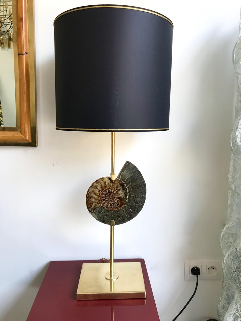 Pair of table lamps contemporary brass mounting structure with very nice pair of ammonite fossil, in the manner of the 1970s work with amethyst or rock crystal natural stone, Maison Charles, Jansen, Bagues, Claude De Muzac, Hollywood Regency. In the