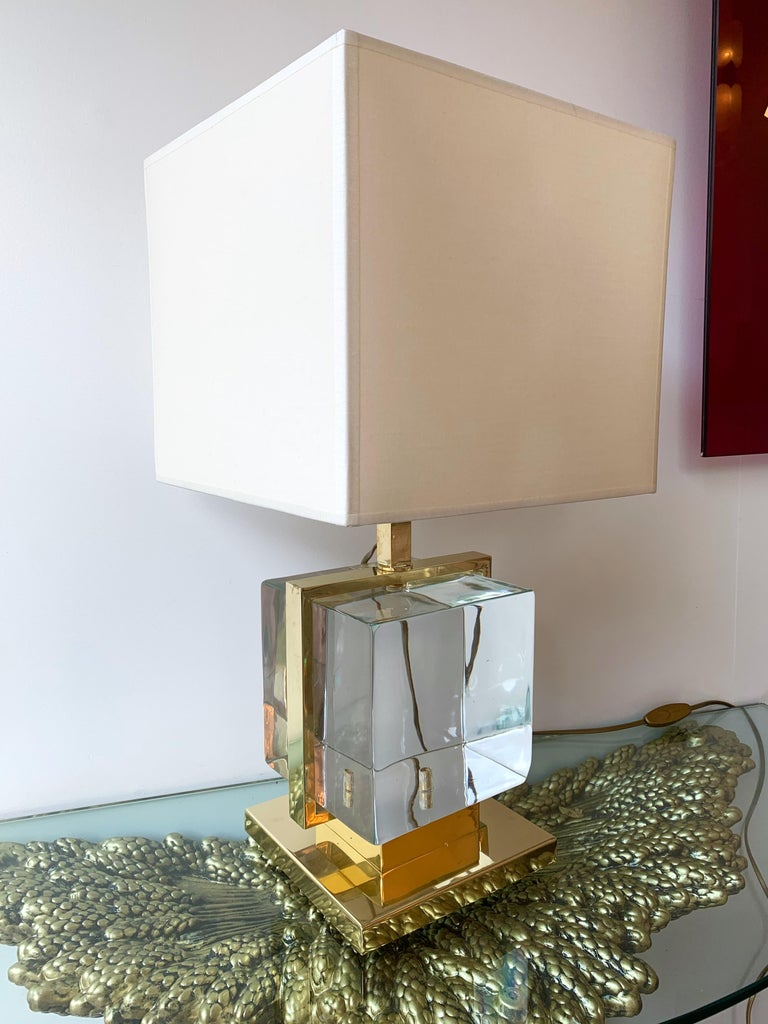 Very fresh pair of brass cage lamps with an impressive and massive color blue Murano pressed glass cube. Measures: Height top of lamp 42 centimeters. Demonstration shades not included. In the style of Mazzega, Poliarte, Venini, Vistosi, La Murrina,