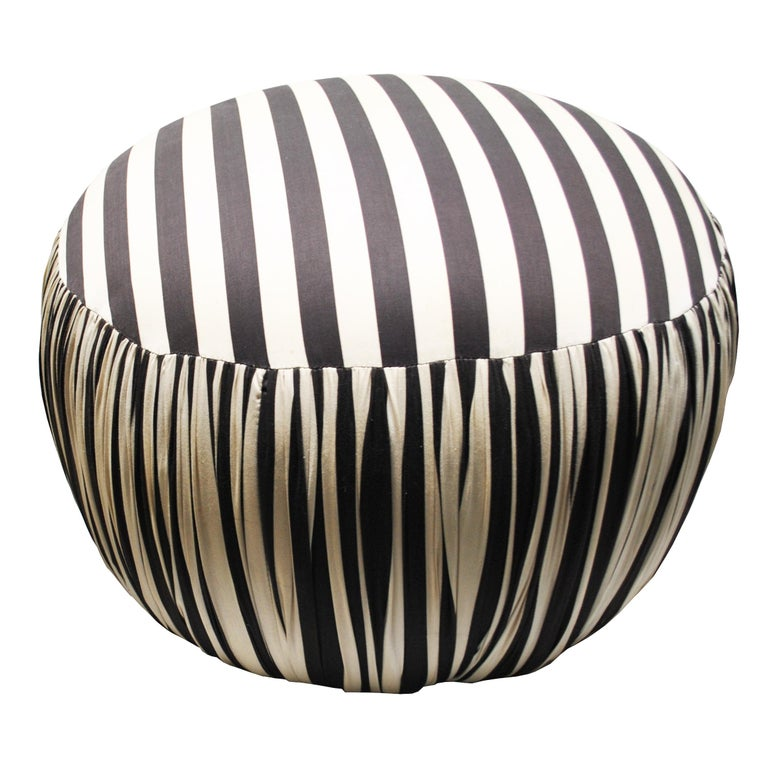 Contemporary Round Black And White Pouf Ottoman In Good Condition For Sale In Pasadena, TX