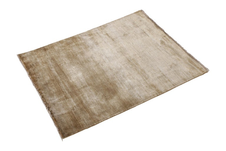 From Rug & Kilim's Texture of Color collection, this square size 3 x 3 contemporary rug is hand knotted with a blend of all-natural and sari silk in this innovation of plain rug styles and comfortable versatility. The natural sheen of the silk blend