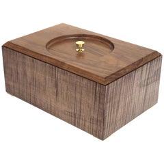 Moderne minimalistische Holzbox aus Bergahorn und Messing