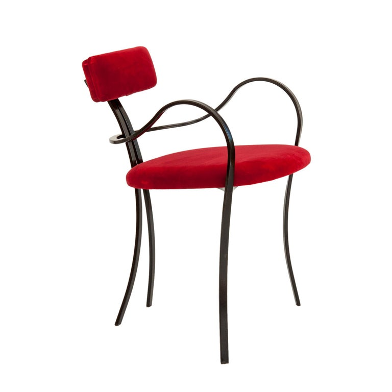 The 'Violet' chair features a Minimalist design and is well conceived in its essentiality. The frame is made of metal and the upholstery is in velvet. The metal frame is curvy both in the legs that support the seat and the armrests. The result, with