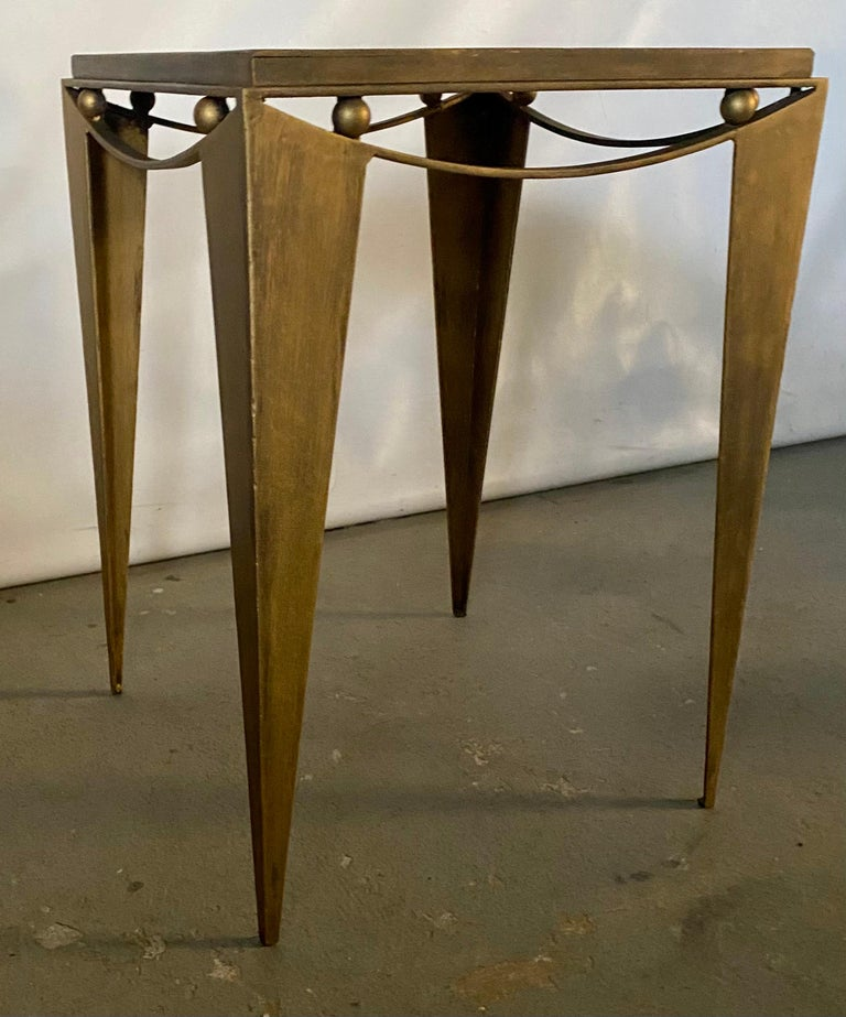 This stylish sculpted Mid-Century Modern metal side table features pointed tapered legs, gilt gold finish. Perfect for sofa side table, lamp table, or for use as an impressive accent table.