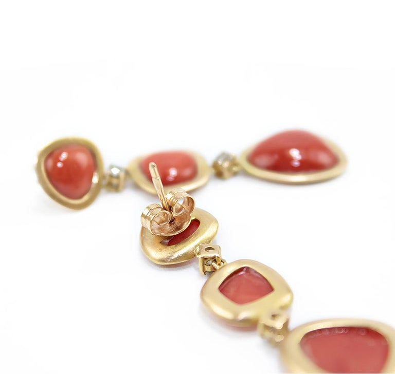 Coral 18 Karat Gold Diamond Dangle Drop Earrings In New Condition For Sale In Torre del Greco, IT