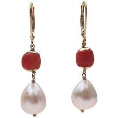 Koralle und Weiße Perle Ohrringe mit 14 Karat Gelbgold Klappbrisur