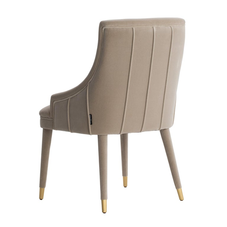 Elegant and timeless design, the Córdoba velvet chair is very comfortable and engaging. The upholstery runs through the legs, finishing with beautiful metal tips in brass or steel. Also available in fabric, leatherette, natural leathers or COM.