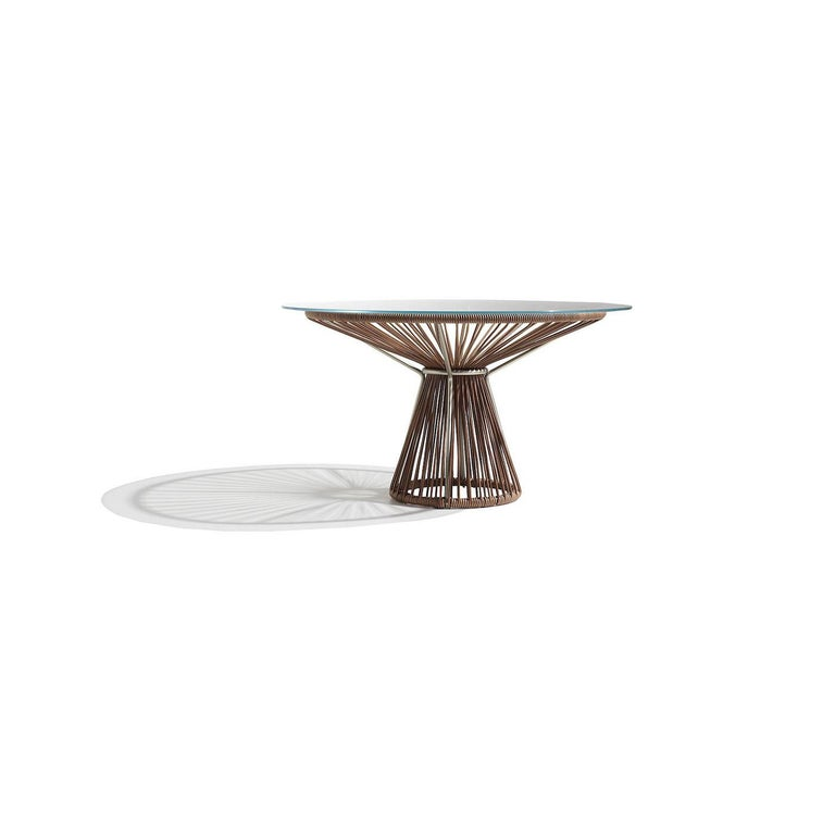 The perfect combination of minimalism and elegance, this versatile table is ideal for dining rooms and offices where it will bring a chic and sophisticated touch. Topped with a round, extra-clear crystal top that reveals the exquisite construction
