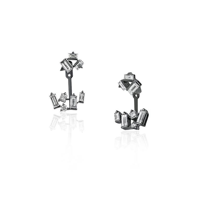The earring jackets of the Cosmic Diamond Cluster earrings are detachable for more versatility. The Cosmic jewellery creations gather baguette, round and square-cut diamonds, coming together in a sparkling constellation. Made of 18K white gold, each