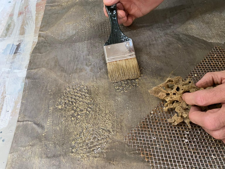 Flashes of light from the deep space. Wallpaper with three-dimensional, highly tactile and luminous features, obtained thanks to the usage of metal powders. It is composed of tissue paper textures, metal powder, natural soil and jute. Each process