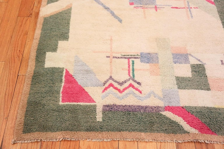 Cotton Indian Art Deco Rug. Size: 4 ft 1 in x 6 ft 10 in (1.24 m x 2.08 m) In Excellent Condition For Sale In New York, NY