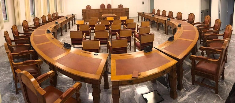 Found in an old palace in Verona, the council chamber, in solid oakwood, is preserved in an excellent way. It is composed of a large chair with a platform where the council chair sits. The horseshoe arrangement of the members of the assembly is very