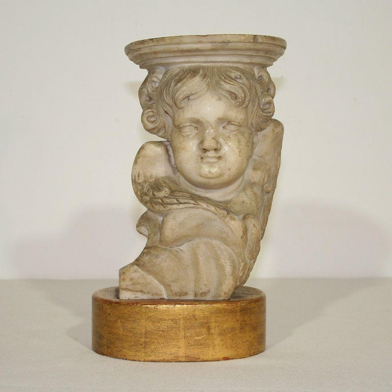 Hand-Carved Couple of 17th-18th Century Italian Marble Angels For Sale