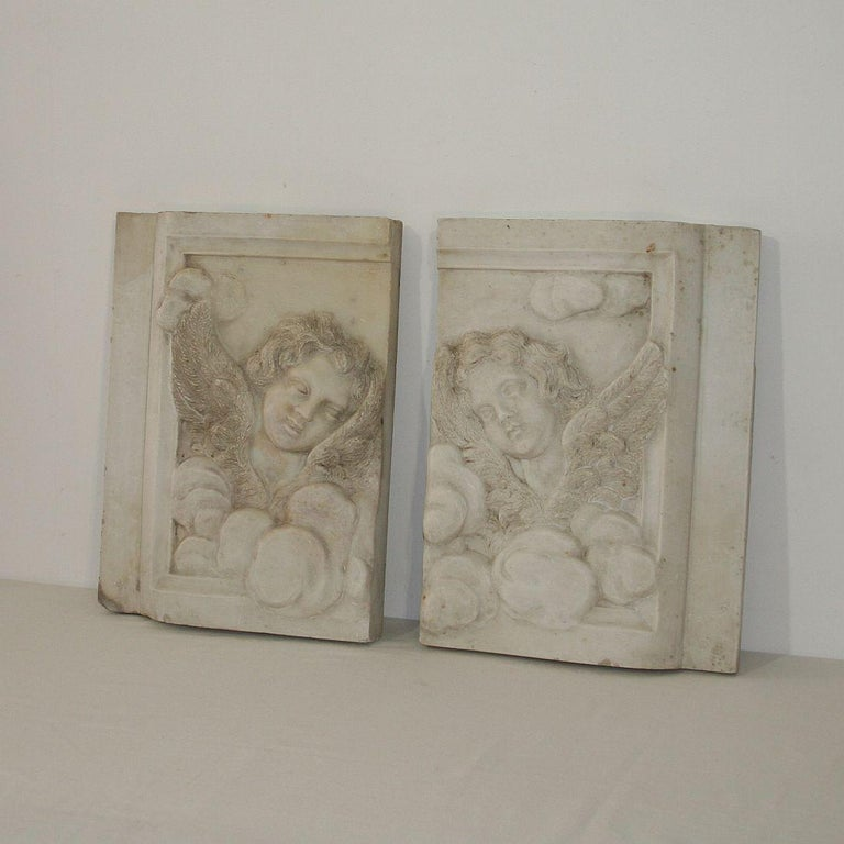 Couple of exceptional Baroque marble angel panels, Italy, circa 1700-1750. Weathered.