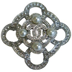 Couture CHANEL CC Brooch in Silver Plated and Rhinestones