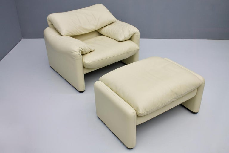 Very comfortable cream white leather lounge chair with stool 'Maralunga' by Vico Magistretti for Cassina, 1973 Very good condition Measurements: Lounge chair: W 100 cm (39.4 in.), D 85 cm, (33.4 in.), H 73 cm, (28.7 in.), SH 40 cm (15.7