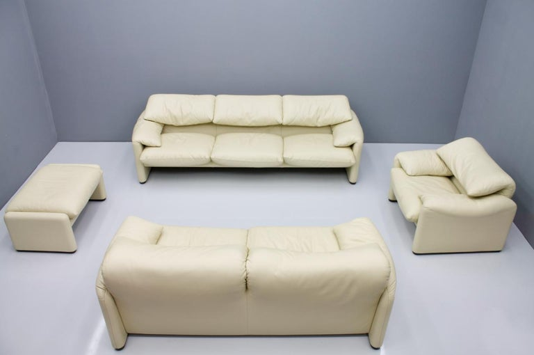 Late 20th Century Cream White Leather Lounge Chair Maralunga by Vico Magistretti for Cassina, 1973