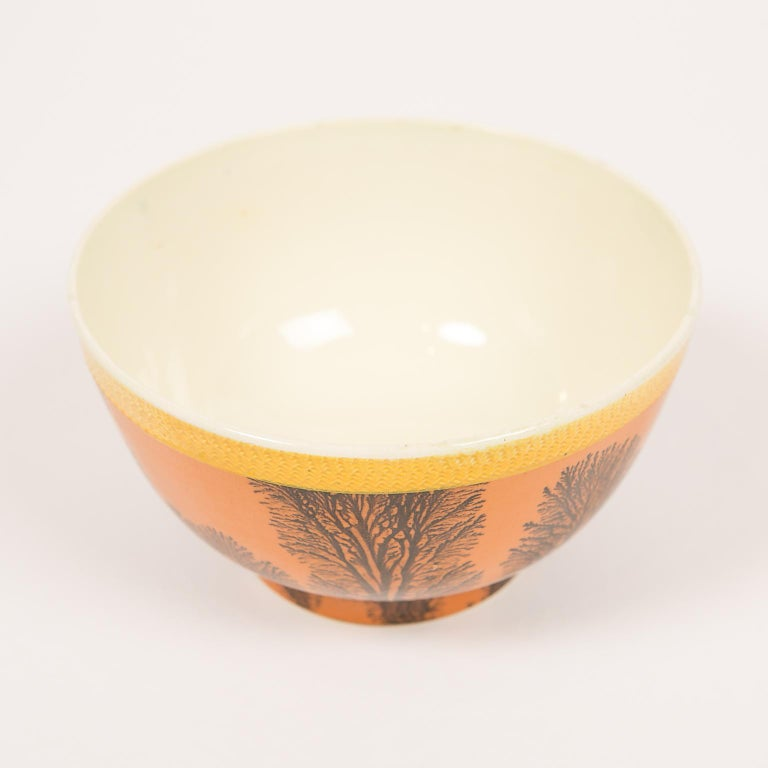 Creamware Mochaware Bowl Decorated with Trees circa 1800 In Excellent Condition For Sale In Katonah, NY