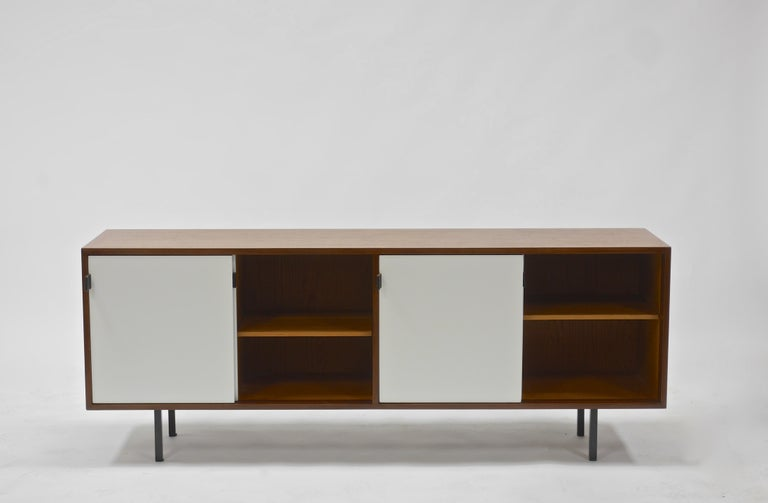 20th Century Credenza in Walnut and White Lacquer by Florence Knoll For Sale