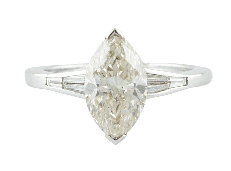 Solitaire ring in 18kt white gold composed of one central shapely diamond with two encrusted diamonds on the both sides. gold 3.16gr diamonds 2.21kt tot weight 3.7gr r.f.  ufiua  For any enquires, please contact the seller through the message center.