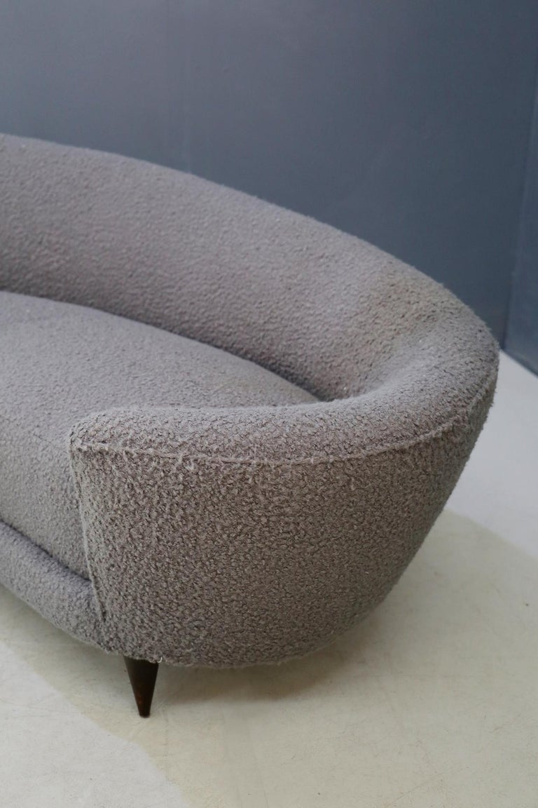 Curva Sofa by Federico Munari in Grey Bouclè Fabric, 1950s In Good Condition For Sale In Milano, IT